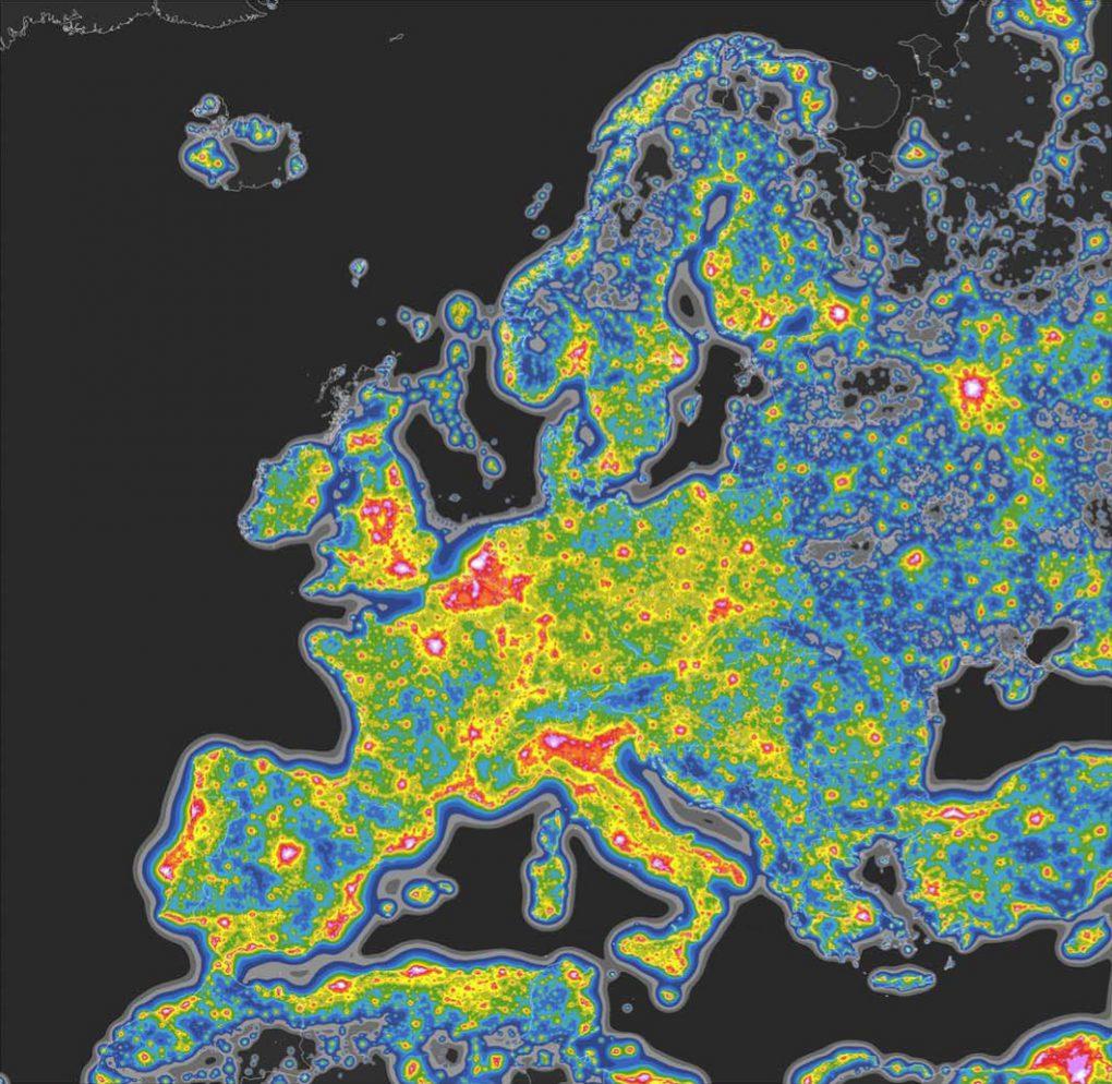 Lichtverschmutzung (Aufhellung des Nachthimmels im Zenit) nach Falchi et al. in Europa, 2015