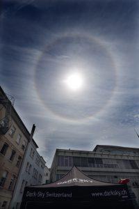 Foto: Martin Mutti, Halo um die Sonne am Dark-Sky Switzerland Stand in Bern 2014