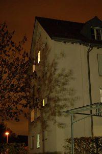 Aufhellung der Fassade und somit unnötige Lichtemissionen in alle Richtungen.