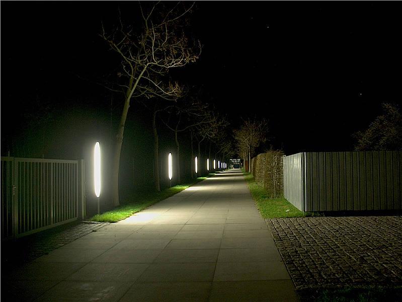 Dieser Weg ist denkbar ungünstig ausgeleuchtet. Der Boden, der für die Fussgänger sichtbar sein sollte, ist nur direkt neben den Lampen gut sichtbar. Dazwischen entstehen Beleuchtungslücken. Die Sichtverhältnisse verschlechtern sich zusätzlich durch die Blendung.
