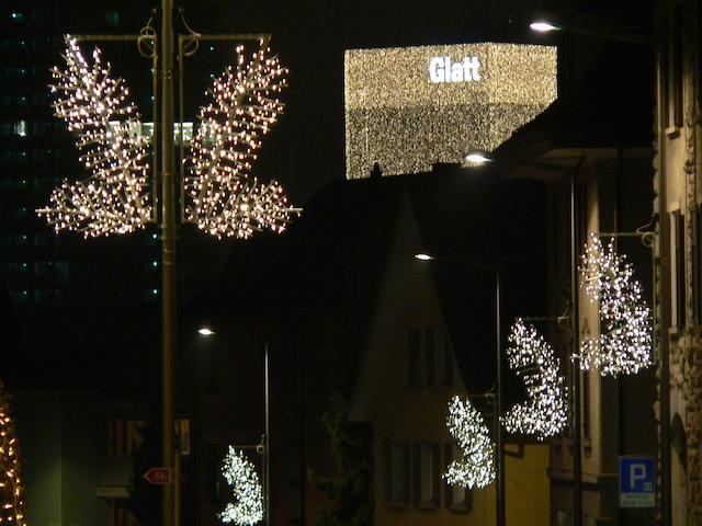 Zentrum Glatt von weitem in Weihnachtsbeleuchtung gehüllt.