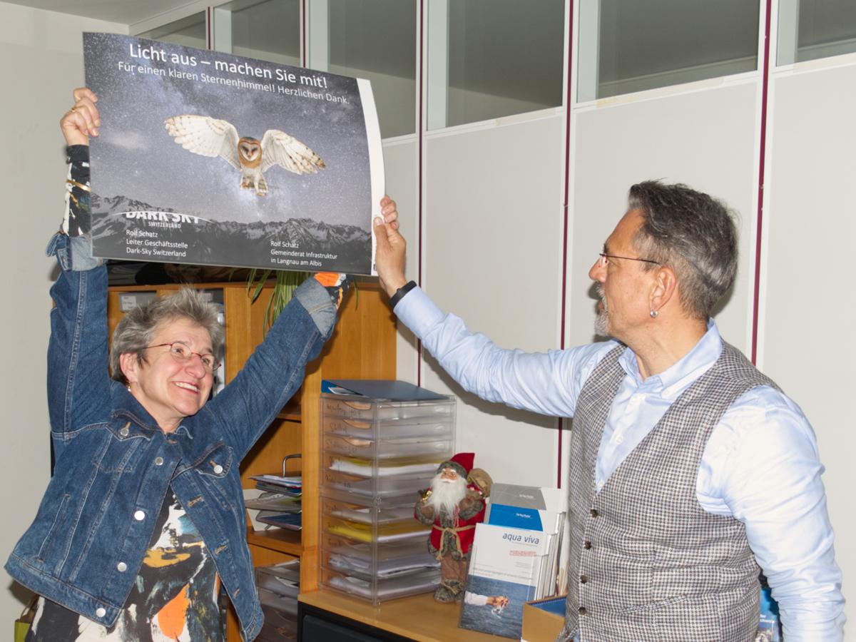 Sabine Ziegler und Rolf Schatz bei der symbolischen Übergabe der Geschäftsleitung von Dark-Sky Switzerland