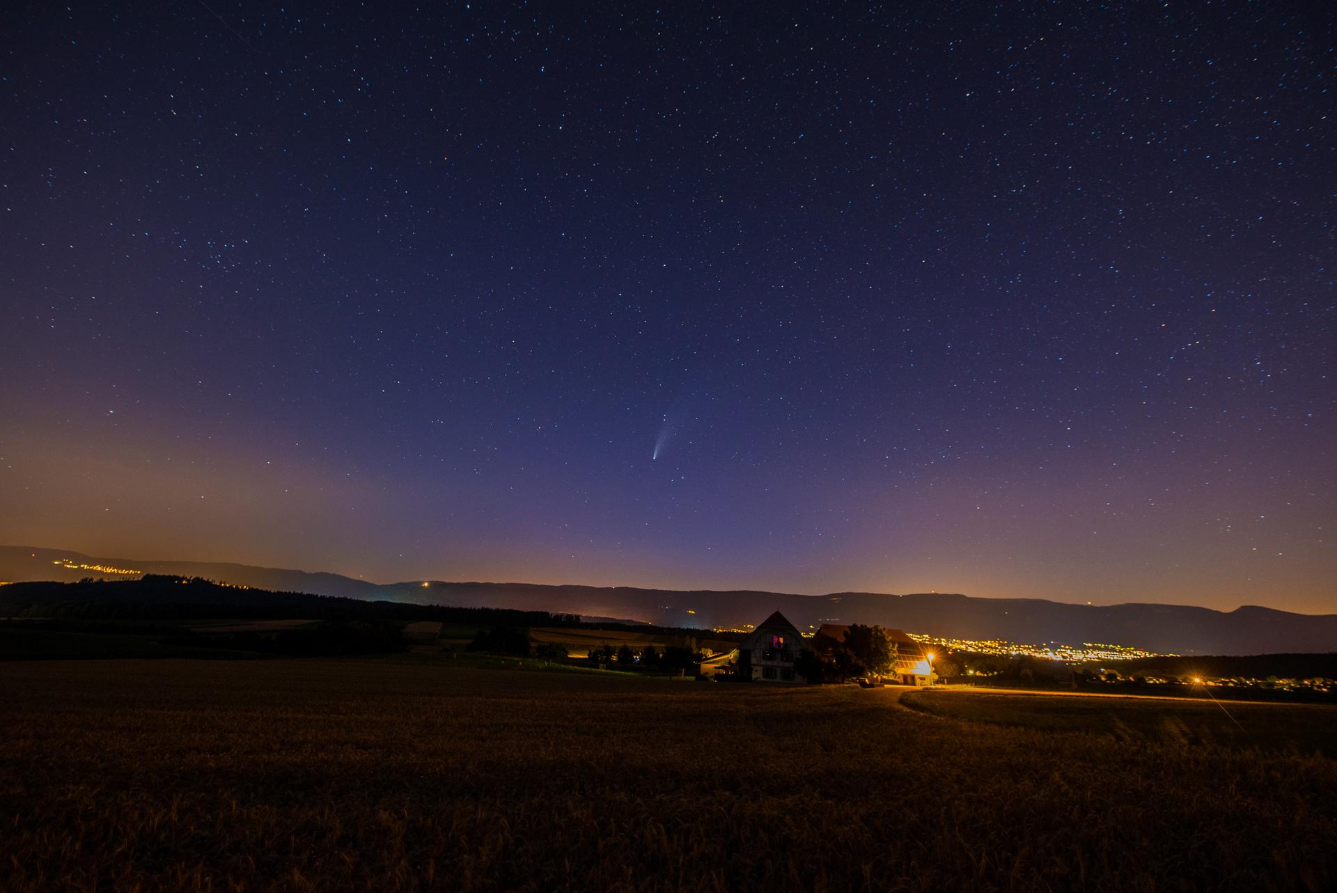 Komet Neowise über der Solothurner Jurakette aus dem Mittelland, Schweiz. © 19.7.2020 Trix Pulfer.